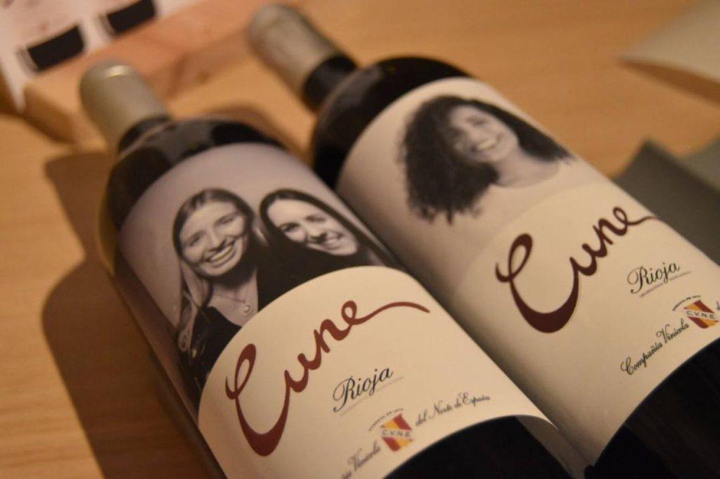 CVNE instala en su bodega de Haro el primer fotomatón para personalizar vinos
